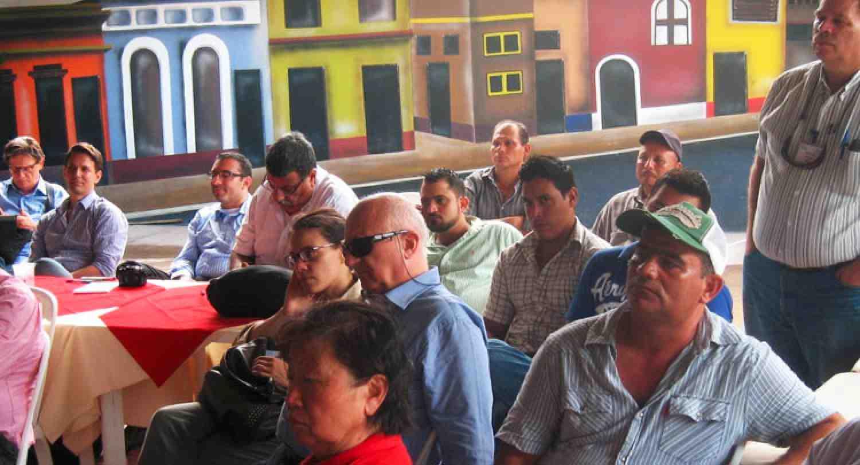 Conferencia académica sobre pobreza y programas de educación gerencial