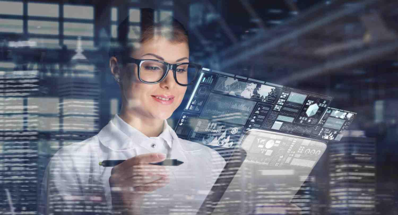 Estereotipos e inflexibilidad laboral aún limitan presencia femenina en tecnología